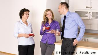 Коллеги беседуют в офисе