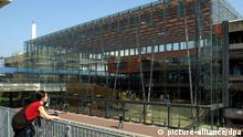 ARCHIV - Die aus 1000 Glasscheiben zusammengesetzte Eingangshalle der Universität Bremen gilt als besonderes architektonisches Markenzeichen auf dem Bremer Campus (Archivfoto vom 17.04.2003). Vor 40 Jahren nahm die Uni Bremen am 14. Oktober 1971 mit 420 Studenten und 80 Hochschullehrern als sogenannte Reformuni ihren Lehrbetrieb auf. Heute sind es 18 000 Studierende, die in 12 Fachbereichen studieren. Der Campus der Uni ist der Mittelpunkt eines Technologieparks geworden. Foto: Universität Bremen dpa/lni (Zu dpa-KORR 40 Jahre Uni Bremen vom 12.10.2011) +++(c) dpa - Bildfunk+++