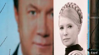 Фото Тимошенко на фоне плаката с изображением Януковича