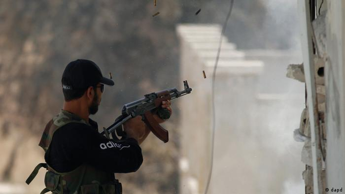 A Free Syrian Army fighter fires his weapon during clashes near Idlib, Syria, Friday, June 15, 2012. (Foto:AP/dapd)