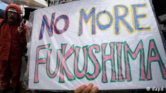 A demonstrator holds a No more Fukushima sign during a rally, protesting against restarting the Ohi nuclear power plant's reactors in front of the prime minister's official residence in Tokyo, Saturday, June 16, 2012. Japan moved closer to restarting the nuclear reactors for the first time since last year's earthquake and tsunami led to a nationwide shutdown. The March 11, 2011 disaster caused radiation leaks at the Fukushima Dai-ichi plant. (Foto:Itsuo Inouye/AP/dapd)