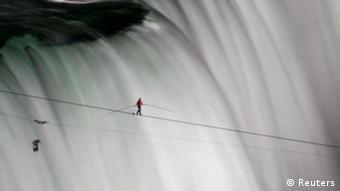 ژوئن سال گذشته نیک والندا دهانهی آبشار نیاگارا در مرز میان آمریکا و کانادا را با راه رفتن روی یک طناب طی کرد