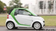 Das neue Elektroauto des Daimler-Konzerns, der smart electric drive, fährt am Donnerstag (14.06.2012) durch Berlin. Der Elektrosmart kostet mit rund 23.000 Euro etwa 10.000 Euro mehr als die vergleichbare Benzin-Variante. Foto: Sebastian Kahnert dpa/lbn