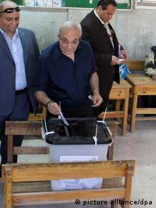 epa03267748 Egyptian presidential candidate Ahmed Shafik (C) casts his vote at a polling station during the run-off presidential elections in Cairo, Egypt, 16 June 2012. Some 50 million people are eligible to vote in the two-day poll to pick a successor to former president Hosni Mubarak, who was deposed in a popular revolt last year. The two contenders; Muslim Brotherhood candidate, Mohammed Morsi, and Mubarak's last PM, Ahmed Shafiq, failed to secure an outright majority in the first round last month. EPA/KHALED ELFIQI +++(c) dpa - Bildfunk+++
