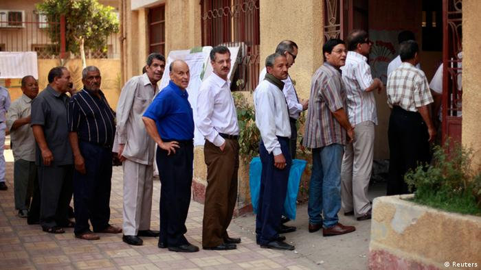 Voters wait outside a polling station in Cairo June 17, 2012. A second day of voting on Sunday will deliver Egypt's first freely elected president, though the country faces renewed tension whether he is a former general from the old guard or an Islamist from the long-suppressed Muslim Brotherhood. REUTERS/Suhaib Salem (EGYPT - Tags: POLITICS ELECTIONS)