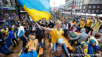 Украинские болельщики ликуют в фан-зоне во время Евро-2012