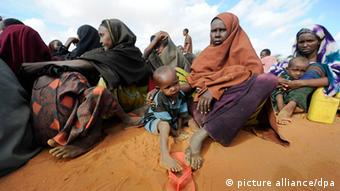 After weeks on the move Somali mothers have finally arrived at a refugee camp in Dadaab, northeastern Kenya Foto: Boris Roessler dpa