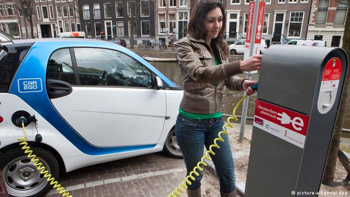 Carsharing in Amsterdam Niederlande (picture-alliance/ dpa)