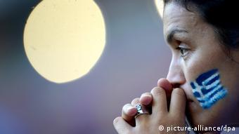 Frau mit griechischen Farben bei Fußball-EM 2012 Warschau Polen Grexit