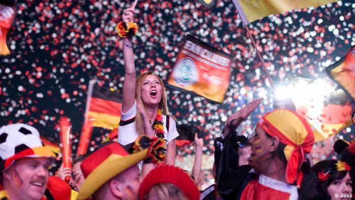 Berlin/ Fans jubeln am Sonntag (17.06.12) auf der Fanmeile vor dem Brandenburger Tor in Berlin beim Public Viewing nach dem Ende des Spiels der Fussball-Europameisterschaft (EM) 2012 Daenemark - Deutschland, das Deutschland mit 2:1 gewann. Insgesamt werden bei der EM in Polen und der Ukraine 31 Begegnungen ausgetragen. Das Finale ist am 1. Juli 2012. (zu dapd-Text) Foto: Steffi Loos/dapd