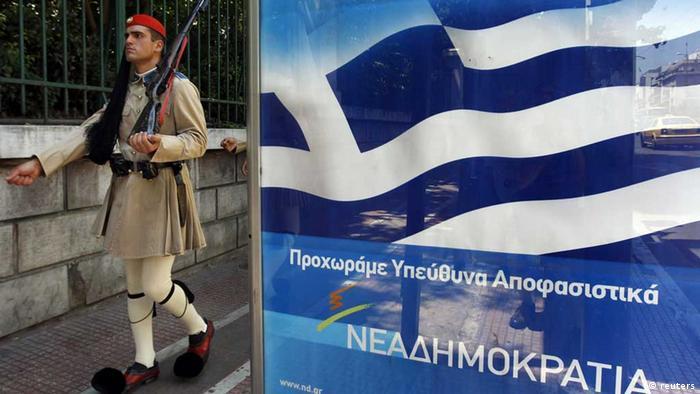 Ein Soldat der Garde in Athen vor einem Parteiplakat (foto:rtr)