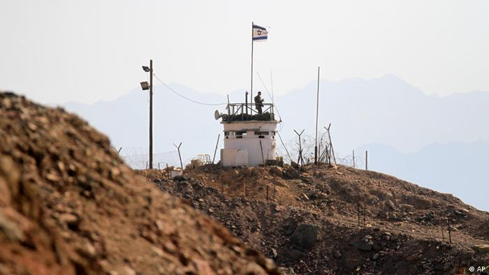 An Israeli soldier stands atop an observation tower on the Israeli side of the border line with Egypt, near to the town of Taba, in the south of Egypt's Sinai Peninsula, Thursday, Oct. 27, 2011. An Exchange deal expected later Thursday between Egypt and Israel, to release US-Israeli national Ilan Grapel who was detained on suspicions of espionage since June 2011, for the release of 25 Egyptian prisoners held in Israel. (ddp images/AP Photo/Khalil Hamra)