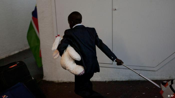 A South Sudanese boy carries a stuffed animal and his luggage towards a bus in the bus terminal in Tel Aviv, Israel, Sunday, June 17, 2012 before leaving to Ben Gurion airport to leave for South Sudan. Israel is forcing 120 South Sudanese to leave the country as authorities try to whittle the number of illegal immigrants. Interior Ministry spokeswoman Sabine Haddad says all 120, who are being flown out on Sunday, agreed to leave voluntarily. She says they were told they faced arrest if they did not sign a form agreeing to leave. She says adults will receive 1,000 euros ($1,300) and minors 500 euros ($650) per person. (Foto:Ariel Schalit/AP/dapd)