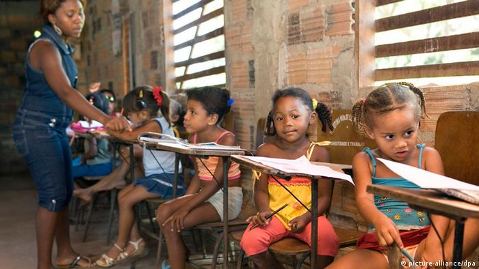 Brazilian schoolchildren look at the camera in a shabby classroom with stone walls and window slats. (Photo: Werner Rudhart/dpa/au)
