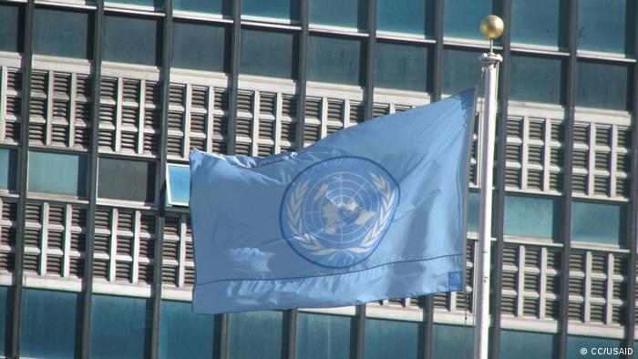 UN Flagge vor dem Hauptquartier der UN in New York