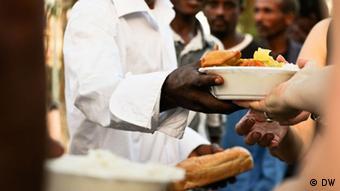 Jeden Abend um 18 Uhr verteilen Anwohner kostenloses Essen an die Flüchtlinge.