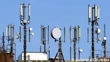 Antennen für Mobilfunk und UMTS stehen auf dem Dach eines Hochhauses am Kieler Blücherplatz (Foto vom 07.04.2010). Ab dem 12. April wird die Bundesnetzagentur ein Frequenzpaket unter den Handybetreibern T-Mobile, Vodafone, E-Plus und O2 Telefónica versteigern. Selbst die spektakuläre UMTS-Versteigerung von vor zehn Jahren wird vom Frequenzumfang her weit in den Schatten gestellt. Für die vier Bieter geht es diesmal vor allem um die Eintrittskarte ins mobile Datengeschäft der Zukunft. Foto: Carsten Rehder dpa/lno/lnw +++(c) dpa - Bildfunk+++ pixel