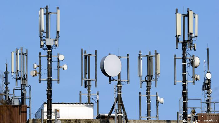 Telecommunications antennas against a blue sky Photo: Carsten Rehder dpa/lno/lnw +++(c) dpa - Bildfunk+++ pixel