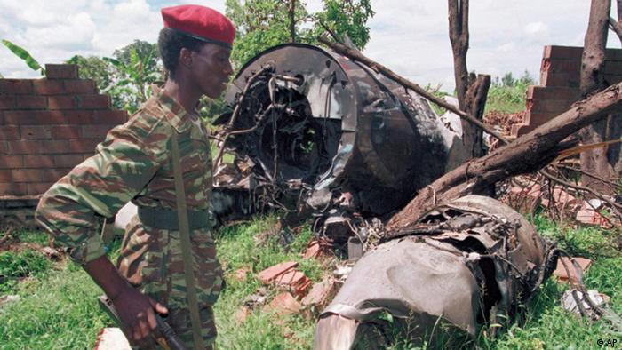 Soldat vor Wrackteilen des Flugzeugs, bei dessen Absturz der damalige ruandische Präsident Habyarimana 1994 umkam