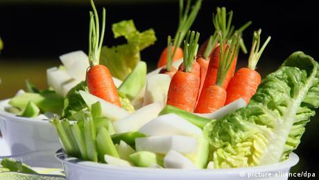 Schüsseln mit Gemüsesalat