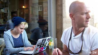 Die ungarische Sängerin Dorottya Karsay und der Musikproduzent Peter Bakos (Copyright: DW/Keno Verseck)