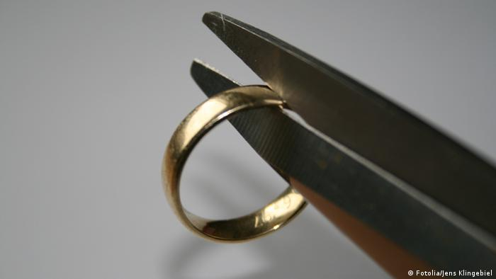 A ring and scissors (Fotolia/Jens Klingebiel)