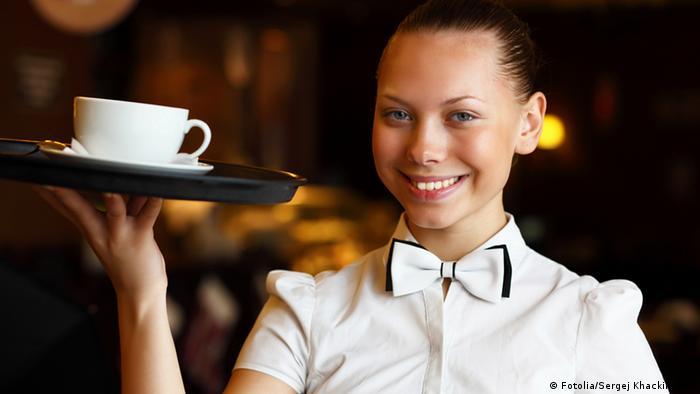 Symbolbild Kellnerin mit Tablett