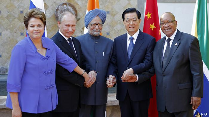 BRICS' heads of state, from left, Brazil's President Dilma Rousseff, Russia's President Vladimir Putin, India's Prime Minister Manmohan Singh, China's President Hu Jintao and South Africa's President Jacob Zuma pose for a group photo at the G-20 Summit in Los Cabos, Mexico, Monday, June 18, 2012. (Foto:Andres Leighton/AP/dapd)
