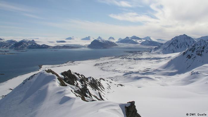 Foto: Irene Quaile Aufgenommen: Spitzbergen, Ny Alesund, 2007 Aussicht vom Labor auf der Forschungsstation Tags: Arktis, Spitzbergen, Ny Alesund, Klima, CO2, Umwelt Zulieferer: Irene Quaile Spitzbergen Messsstation