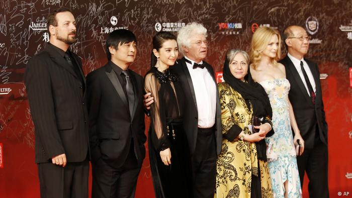 Members of the jury, from left, Hungarian filmmaker Gyorgy Palfi, Chinese director Zhang Yang, Chinese actress Li Bingbing, French film director Jean Jacques Annaud, Iranian director Rakhshan Banietemad, U.S. actress Heather Graham, and Hong Kong producer Terence Chang pose on the red carpet prior to the opening ceremony of the Shanghai International Film Festival at the Shanghai Grand Theater, Shanghai, China, Saturday, June 16, 2012. (Foto:Eugene Hoshiko/AP/dapd)