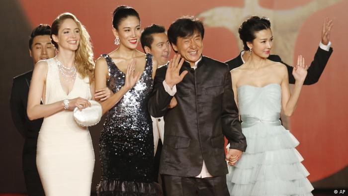 Hong Kong movie star Jackie Chan, second left, escorts other actors on the red carpet prior to the opening ceremony of the Shanghai International Film Festival at Shanghai Grand Theater in Shanghai, China, Saturday, June 16, 2012. (Foto:Eugene Hoshiko/AP/dapd)