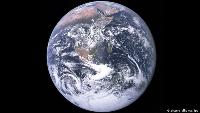 Eine Aufnahme, die die Besatzung von Appollo 17 im Jahr 1972 während des Flugs zum Mond aus dem Weltall gemacht hat, zeigt die Erde mit dem vereisten Südpol. Auf dem Bild ist nahzu die Küstenlinie des gesamten afrikanischen Kontinents und die arabische Halbvinsael zu sehen. Der Gesundheitszustand der Erde ist alarmierend. Das geht aus dem «Living Planet Report» hervor, den die Umweltstiftung WWF am Mittwoch in Berlin vorgestellt hat. So überstrapazieren derzeit 71 Länder ihre Süßwasserressourcen. Rund 1,8 Milliarden Menschen haben zwar einen Zugang zum Internet aber eine Milliarde Menschen keinen ausreichenden Zugang zu sauberem Trinkwasser. Der ökologische Fußabdruck - der Naturverbrauch - des Menschen wächst weiter. Selbst bei moderatem Wachstum der Bevölkerung und deren Konsum benötigt die Menschheit laut Report schon im Jahr 2030 zwei Planeten um den Kohlenstoffdioxid-Ausstoß aufzunehmen und mit dem Verbrauch natürlicher Rohstoffe Schritt zu halten. Foto: NASA dpa (zu dpa 0232) +++(c) dpa - Bildfunk+++