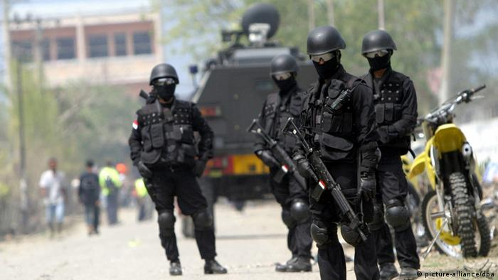 Indonesian anti terror forces stand on guard during Australian Prime Minister John Howard's visit