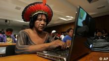 Чоловік із бразилійського народу кайяпо: пір'я пасує до стереотипу, лептоп - ні