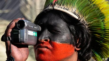 A member of the Kayapo tribe films with a camera (photo: ddp images/AP Photo/Eraldo Peres)