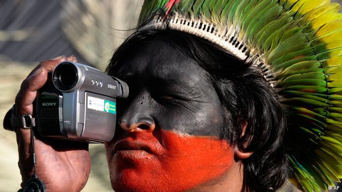 Miembro de la tribu Kayapó de Brasil con la tecnología,