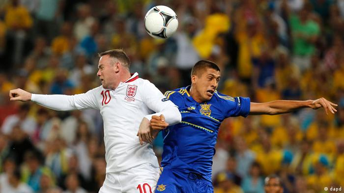 England's Wayne Rooney, left, and Ukraine's Yevhen Khacheridi go for a header during the Euro 2012 soccer championship Group D match between England and Ukraine in Donetsk, Ukraine, Tuesday, June 19, 2012. (Foto:Matthias Schrader/AP/dapd)