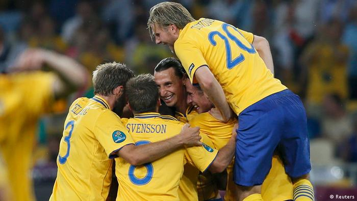 Sweden's Zlatan Ibrahimovic (C) celebrates with team mates after scoring a goal against France during their Group D Euro 2012 soccer match at the Olympic Stadium in Kiev, June 19, 2012. REUTERS/Michael Dalder (UKRAINE - Tags: SPORT SOCCER)