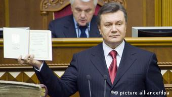 Newly elected Ukrainian President Viktor Yanukovych attends his inauguration in Ukrainian parliament in Kiev, Ukraine, 25 February 2010. Yanukovych beat out the current prime minister, Yulia Tymoshenko, in a run-off vote earlier this month, obtaining 48.95 per cent of ballots cast to Tymoshenko's 45.47 per cent. EPA/ANASTASIYA SIROTKINA / POOL +++(c) dpa - Bildfunk+++ pixel