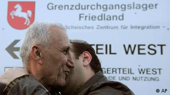 Ein Fluechtling aus dem Irak, links, wird am Donnerstag, 19. Maerz 2009, im Durchgangslager 'Friedland' in Friedland, Niedersachsen, von einem Angehoerigen begruesst. Die ersten irakischen Fluechtlinge, die Deutschland im Rahmen einer humanitaeren Aktion aufnimmt, sind am Donnerstag in Niedersachsen angekommen. (ddp images/AP Photo/Fabian Bimmer) ---- An unidentified refugee from Iraq is welcomed by a relative during the arrival at the tansit camp in Friedland, Germany, Thursday, March 19, 2009. More than 100 Iraqi Christians in search of a safer life arrived Thursday in Friedland. The group of nearly 120 refugees arrived a day before the sixth anniversary of the U.S.-led invasion of Iraq on a chartered plane from Syria. The resettlement is part of a program sponsored by the U.N. High Commissioner for Refugees. It is expected to help 10,000 Iraqi Christians relocate to Germany, Sweden and elsewhere in Europe. (ddp images/AP Photo/Fabian Bimmer)