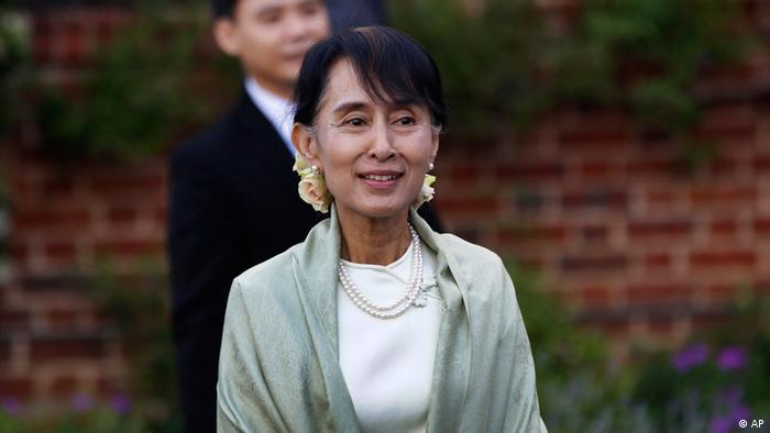Myanmar opposition leader Aung San Suu Kyi, arrives at a reception in Oxford, England, Tuesday, June 19, 2012. Suu Kyi, who is on her first overseas trip since 1988, has a long association with Britain, where she studied and lived for many years in Oxford with her late husband, Michael Aris, and their two sons but she has not visited for 24 years. Many of those years were spent under house arrest in Myanmar. On Wednesday, Oxford University will present her with an honorary degree that it awarded in 1993 but that she was not free to collect.(Foto:Lefteris Pitarakis, pool/AP/dapd).