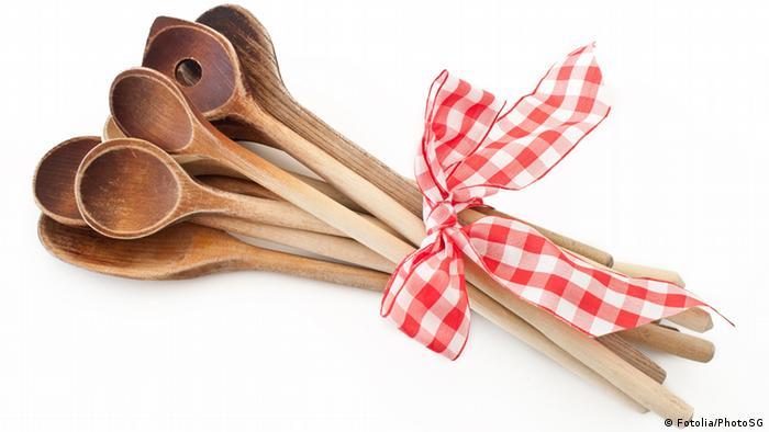 بهویژه هنگام پخت و پز بهتر است از ابزار پلاستیکی چشم پوشید. زیرا ذرات پلاستیکی در دمای بالا حل و وارد غذا میشوند. با استفاده از قاشق، ملاقه یا دیگر ابزار چوبی میتوان از چنین ضایعاتی جلوگیری کرد.