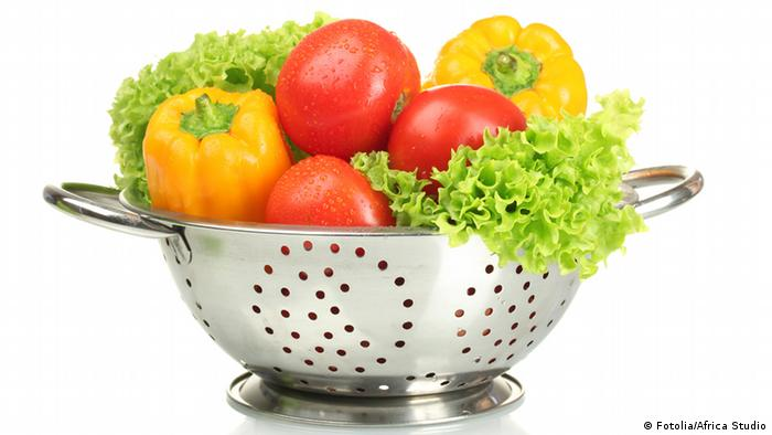 Symbolbild Sieb mit Gemüse (Fotolia/Africa Studio)