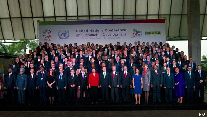 Presidents and dignitaries pose for the group photo at the United Nations Conference on Sustainable Development, or Rio+20, in Rio de Janeiro, Brazil, Wednesday, June 20, 2012. The Earth summit runs through June 22.(Foto:Victor R. Caivano/AP/dapd)