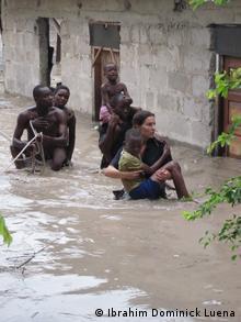 Jane Börold bei ihrem Hochwasser-Einsatz in Daressalam (Foto: Ibrahim Dominick Luena)
