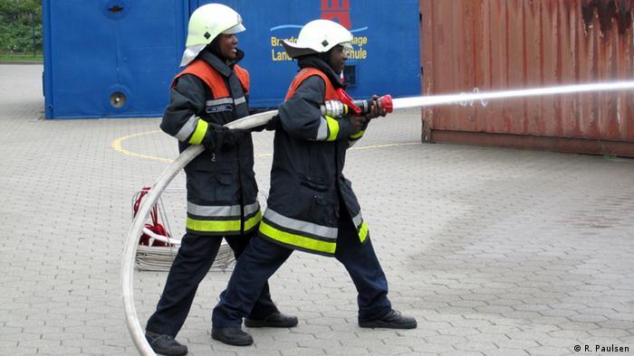 Tansanische Feuerwehrmänner bei einer Übung in Hamburg. Copyright: R. Paulsen 2009, Hamburg