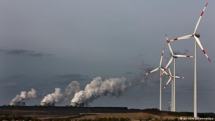 Windräder drehen sich unweit des Vattelfall Braunkohlekraftwerkes im brandenburgischen Jänschwalde (Foto, dpa: Patrick Pleul)