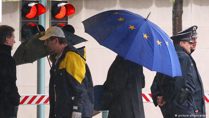 Mitarbeiter des Bundeskanzleramts mit EU-Regenschirm (Foto: dapd)