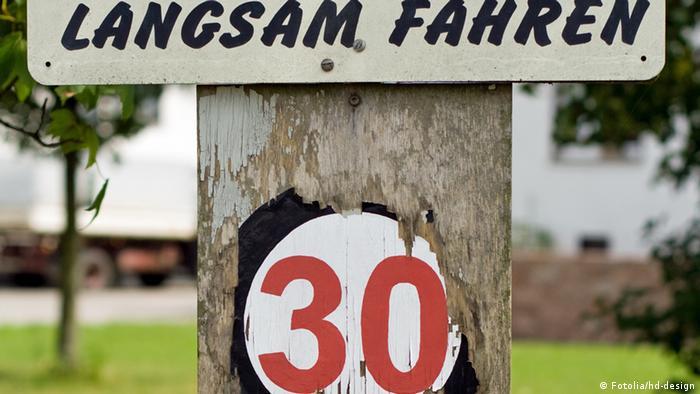 Дорожный знак ограничения скорости 30 км/ч