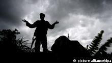 ARCHIV - Ein Soldat der Kongolesischen Armee (FARDC) steht auf der Frontlinie außerhalb des Kibati Flüchtlingslagers im Kongo, am 13.11.2008. Sexuelle Gewalt gegen Männer wird in vielen Ländern als Kriegswaffe eingesetzt - jedoch ist das Thema nach wie vor tabu. In Uganda finden die traumatisierten Opfer Hilfe. Foto: EPA/STEPHEN MORRISON (zu dpa-Korr «Männervergewaltigung als Kriegswaffe - In Uganda finden Opfer Hilfe» vom 21.10.2011) Schlagworte Konflikte, Kriminalität, Uganda